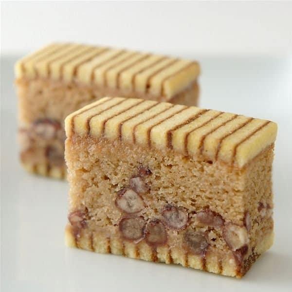 ในเนื้อเค้กขนมซากะนิชิกิ มีส่วนผสมของเกาลัดและถั่วอะซูกิ (Azuki bean)