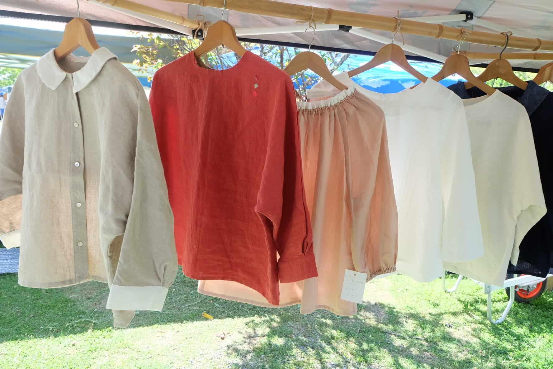 ที่ตลาดออแกนิก (Kochi Organic Market) ก็มีเสื้อผ้าขายเหมือนกัน