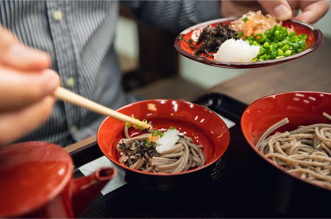 Shimanekko Bus Tour ทานอาหารกลางวันกันที่สวนมัตสึเอะ ในเซตอาหารก็จะมีโซบะเป็นหลักและเครื่องเคียงต่างๆ