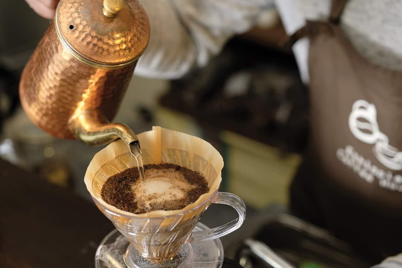 """บาริสต้าของ คิสสะเต็น เรียกกันว่า """"มาสเตอร์"""" มักชงกาแฟโดยการดริป"""
