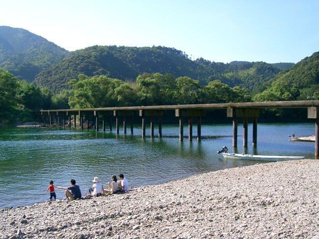 นักท่องเที่ยวนิยมมานั่งพักกผ่อนที่ Shimanto River