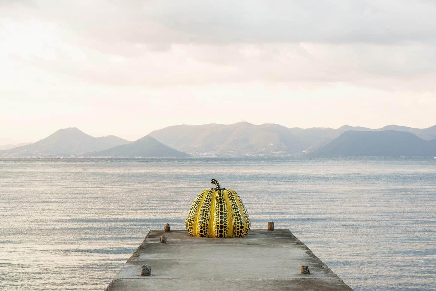 ผลงานของยาโยอิ คุซามะ (Yayoi Kusama)ที่เกาะนาโอชิมะ (Naoshima Island) จังหวัดคางาวะ (kagawa)