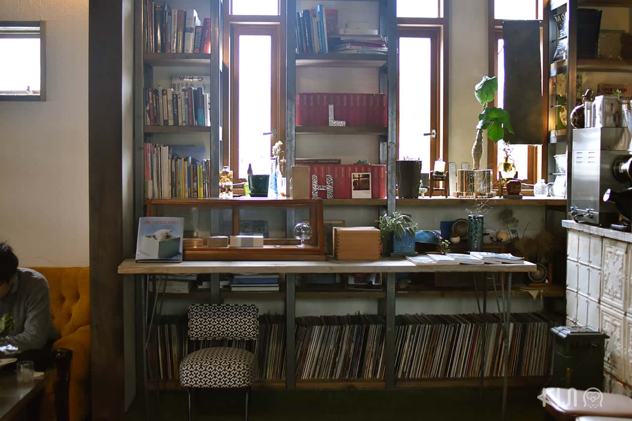 ที่ Café Hackberry มีมุมหนังสือให้หยิบอ่าน