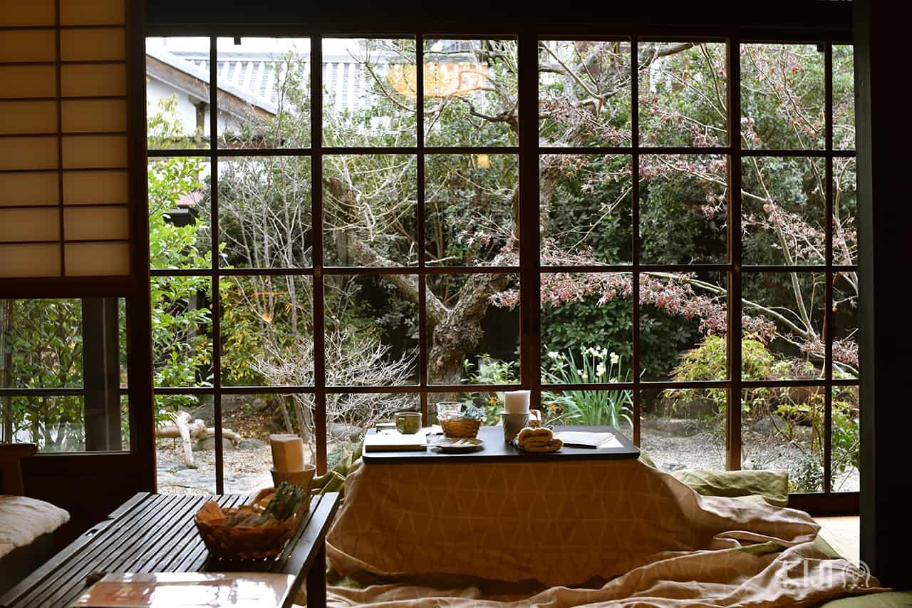 โต๊ะมุมหน้าต่างของคาเฟ่ Coffee Satou