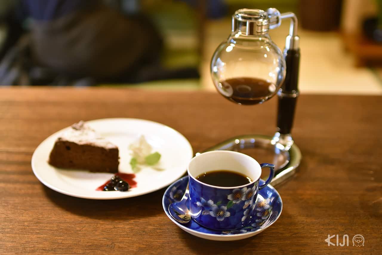 กาแฟดำและขนมเค้กอร่อยๆ จากร้าน Coffee Satou ในย่านอิไมโช
