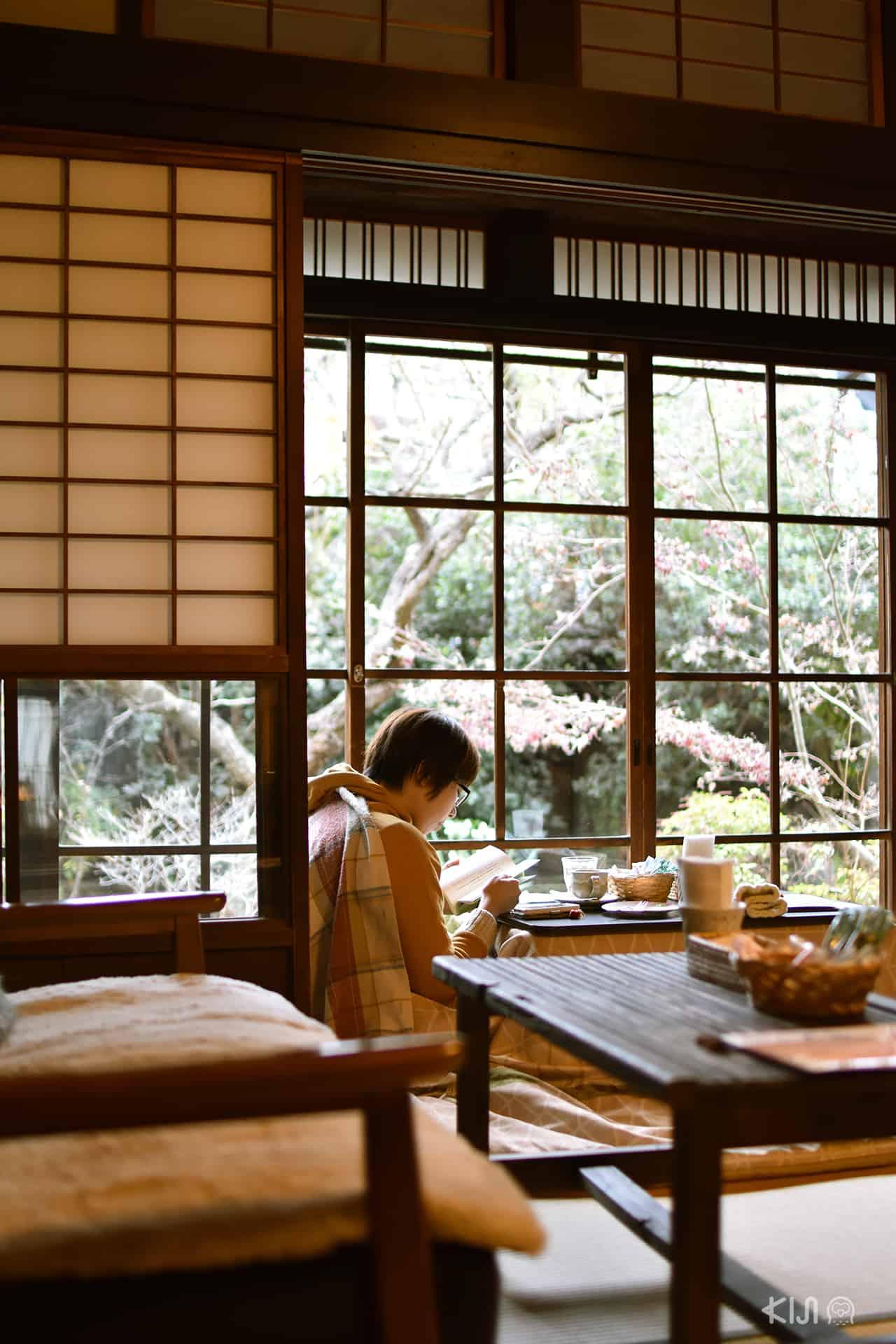 ลูกค้านั่งอ่านหนังสือตรงมุมหน้าต่างในคาเฟ่ Coffee Satou ที่ย่านอิไมโช (Imaicho) จ.นารา