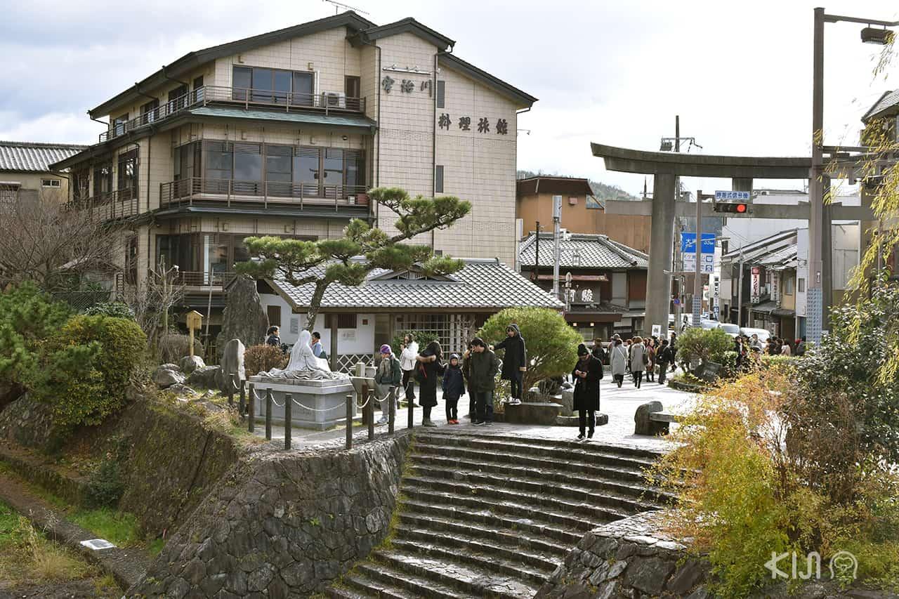 นักท่องเที่ยวบริเวณ Statue of Murasaki Shikibu