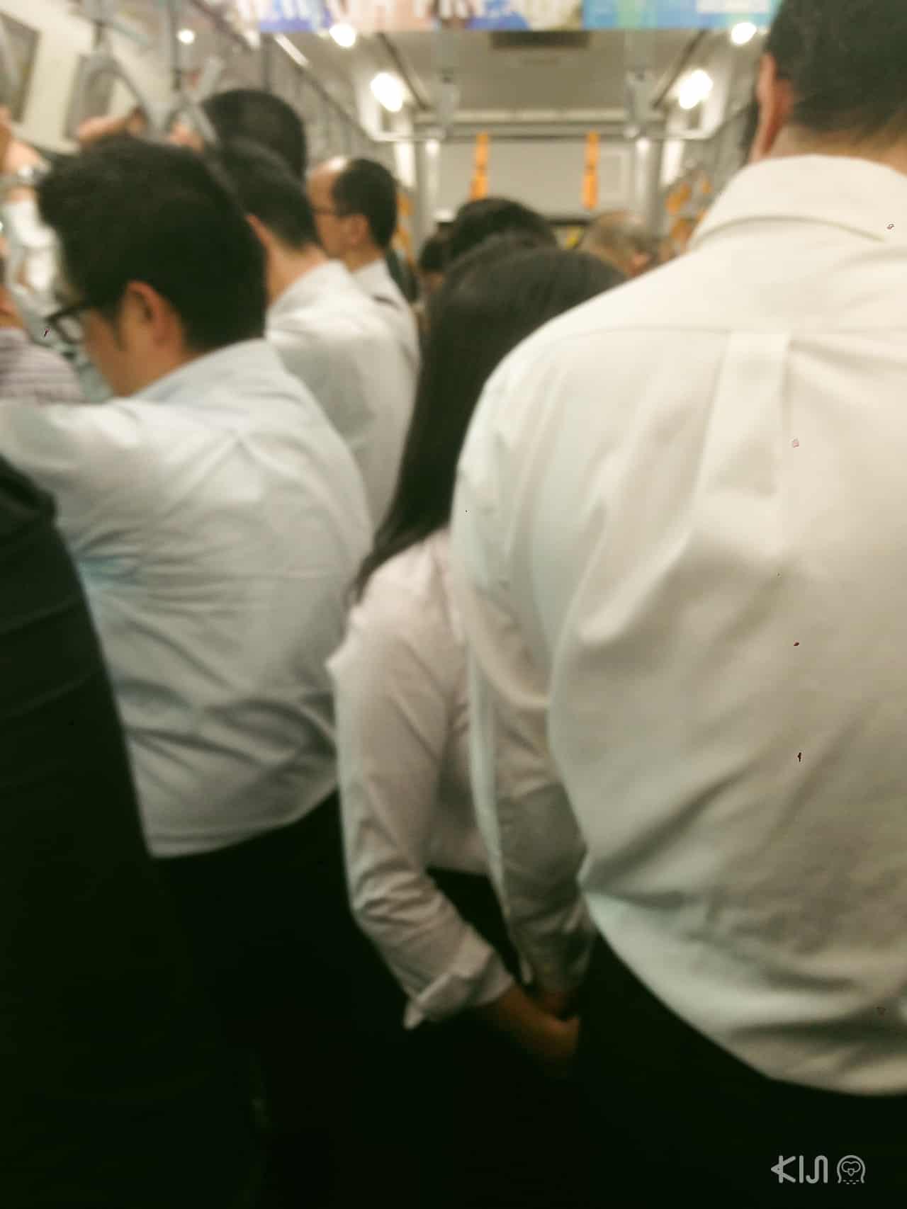 ใน สังคม ที่ ญี่ปุ่น ห้ามคุยเล่นกันบนรถไฟ