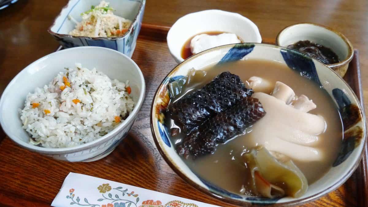 อิราบูเทโชกุ (Irabu Teishoku) แกงงูทะเล อาหารโอกินาว่า
