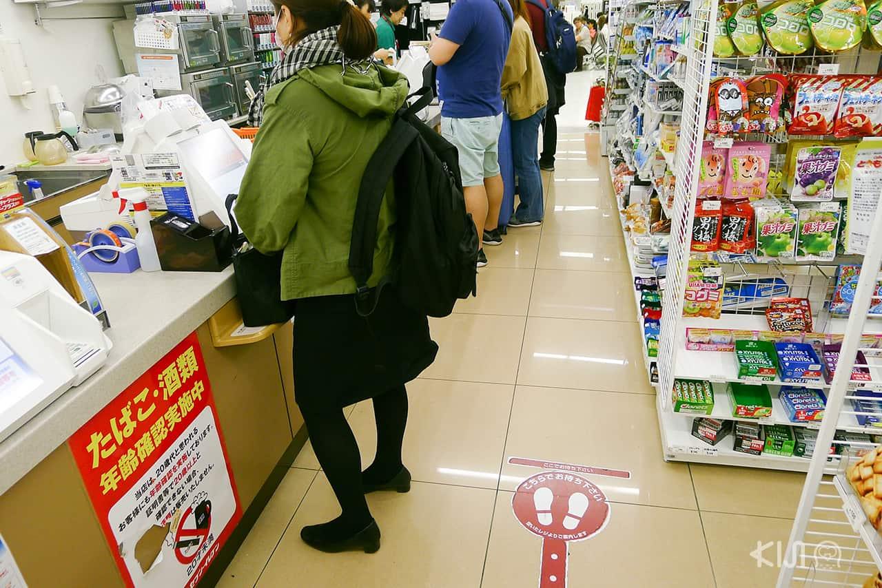 สังคม ญี่ปุ่น มีจุดต่อคิวในร้านสะดวกซื้อ