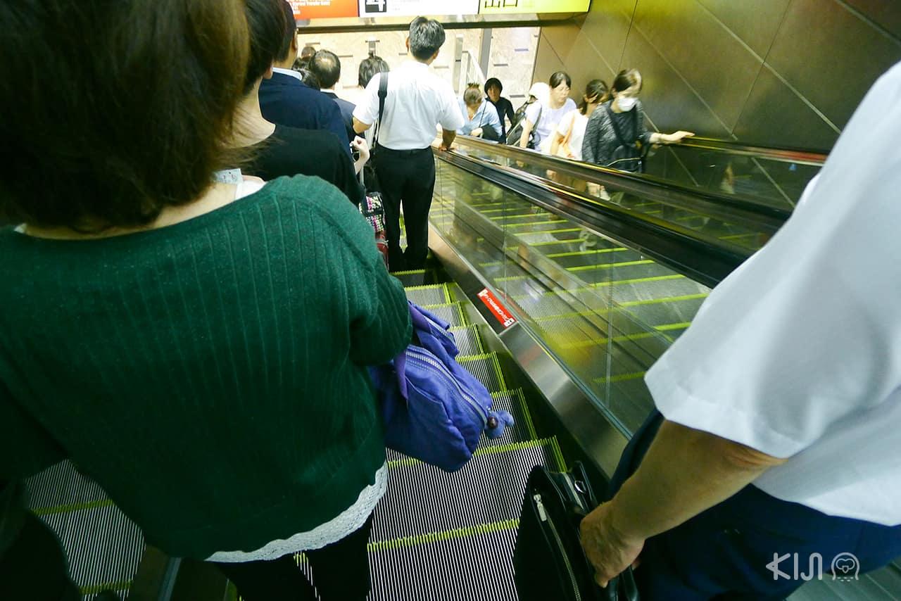 การยืนบนบันไดเลื่อนใน สังคม ของ ญี่ปุ่น
