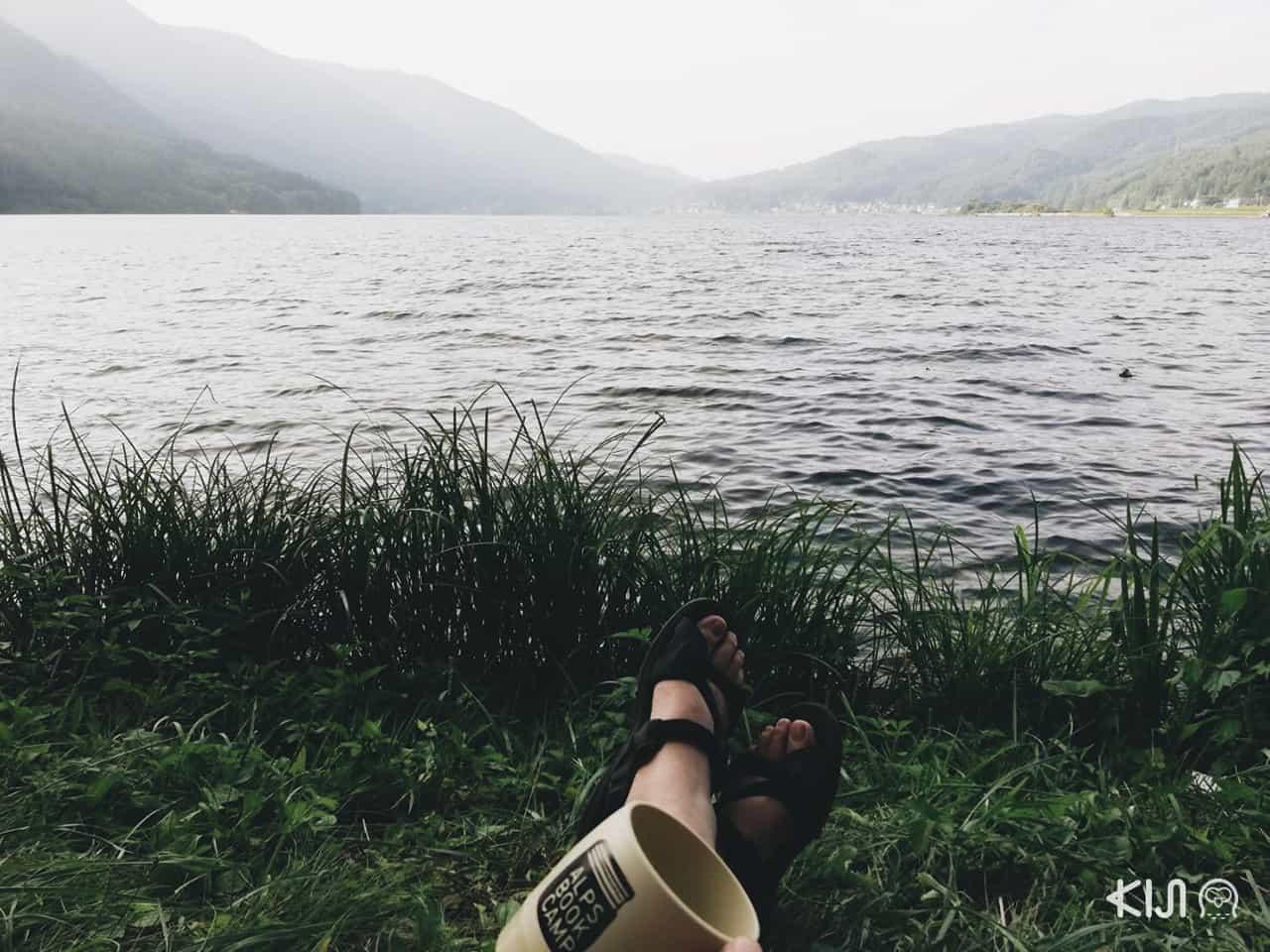 จิบกาแฟที่ใช้แก้วเฉพาะในงาน Alps Book Camp นั่งชิลริมทะเลสาบคิซากิ