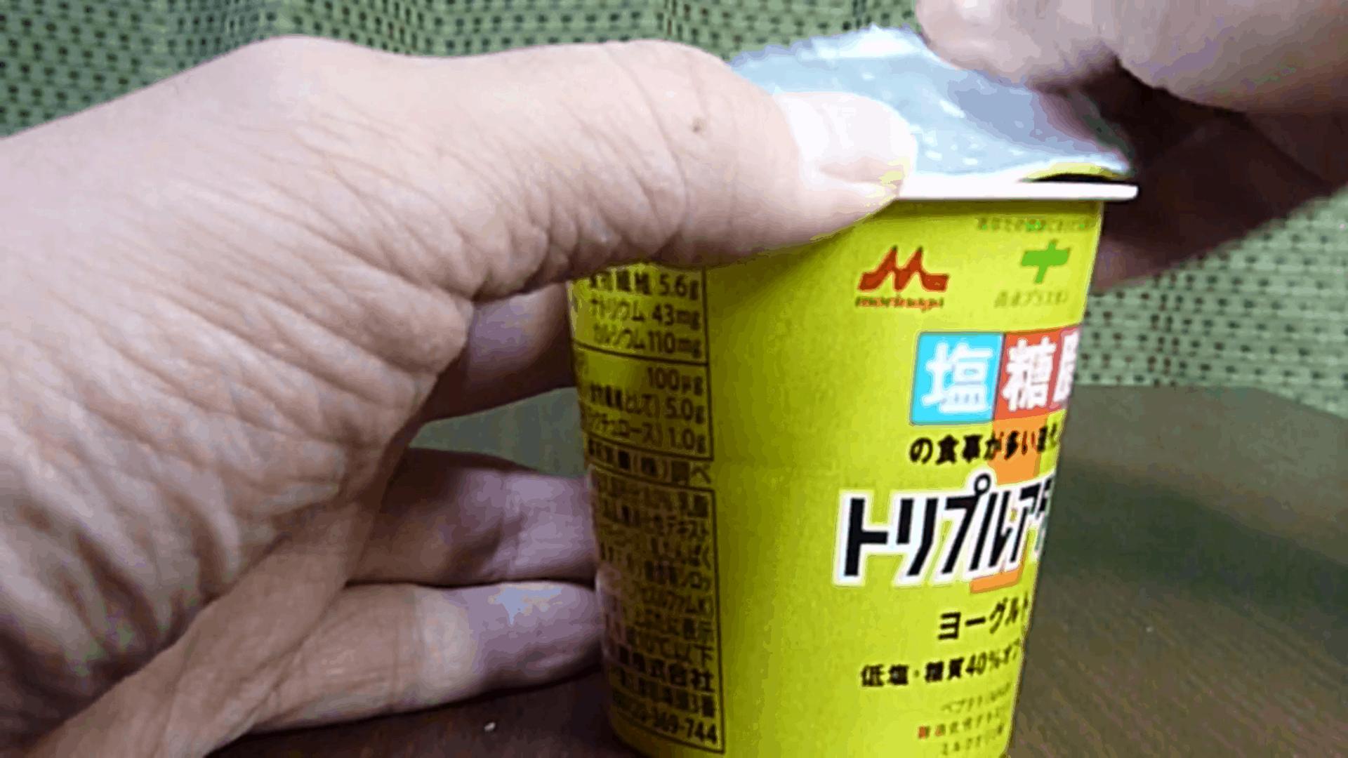 แพ็กเกจจิ้งญี่ปุ่น ทำฝาถ้วยโยเกิร์ตให้ไม่ติดฝาตอนเปิดออก