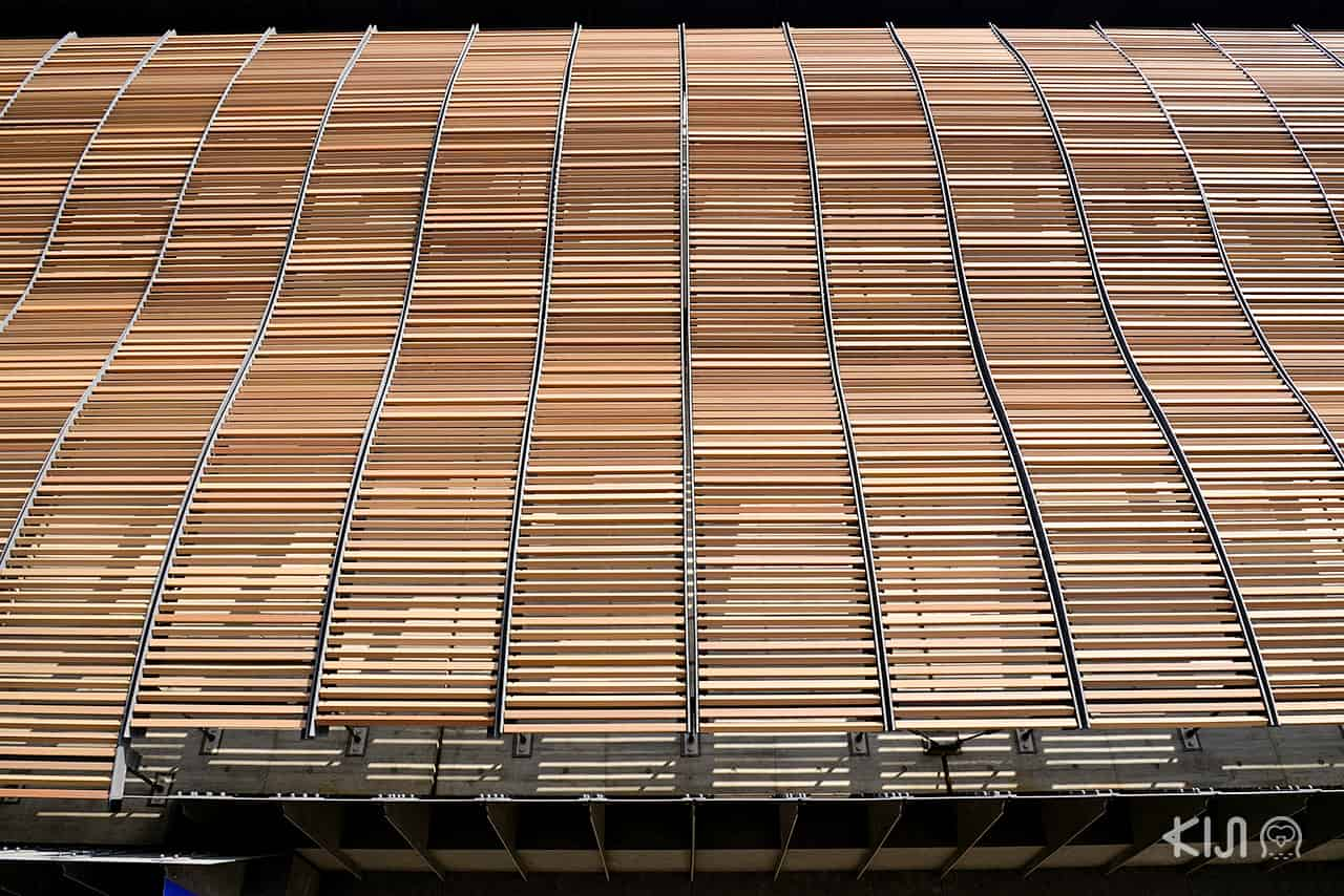 ที่ Ryukoku Museum อาคารจะห่มด้วยม่านไม้เป็นคลื่นอยู่ข้างหน้า