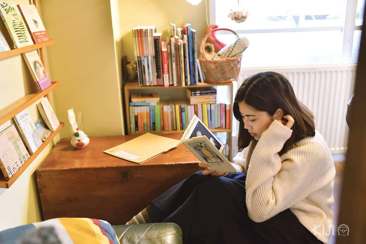 นั่งอ่านหนังสือเพลินๆ ที่คาเฟ่ Hitsuji Sabo