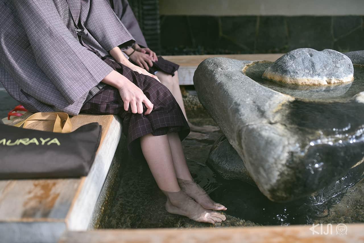 ที่คิโนะซากิออนเซ็น (Kinosaki Onsen) มีจุดให้สามารถเอาเท้าแช่ออนเซ็นเพื่อผ่อนคลายความเหนื่อยล้า
