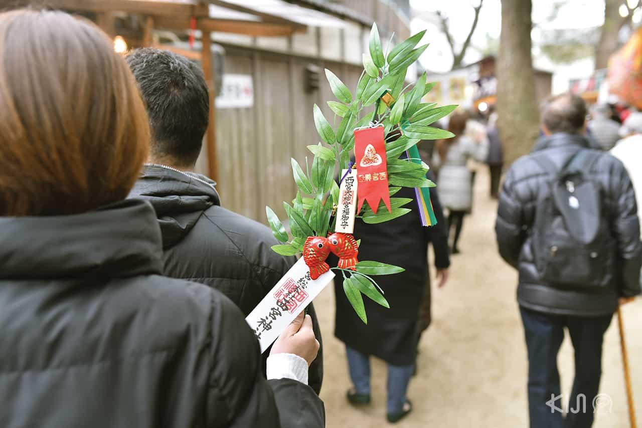 ผู้คนที่เดินเที่ยวงานเทศกาลกันที่ Nishinomiya Shrine
