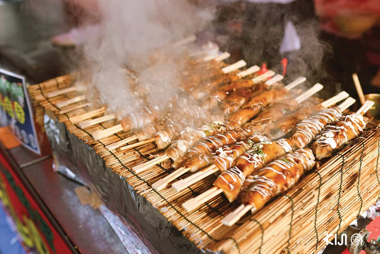 Nishinomiya Shrine มีร้านยะไตอาหารคาวหวานจำนวนมาก
