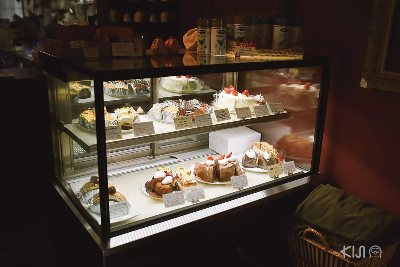 ที่ร้าน Manor House Motoyama มีขนมเค้กให้เลือกชิมมากมาย