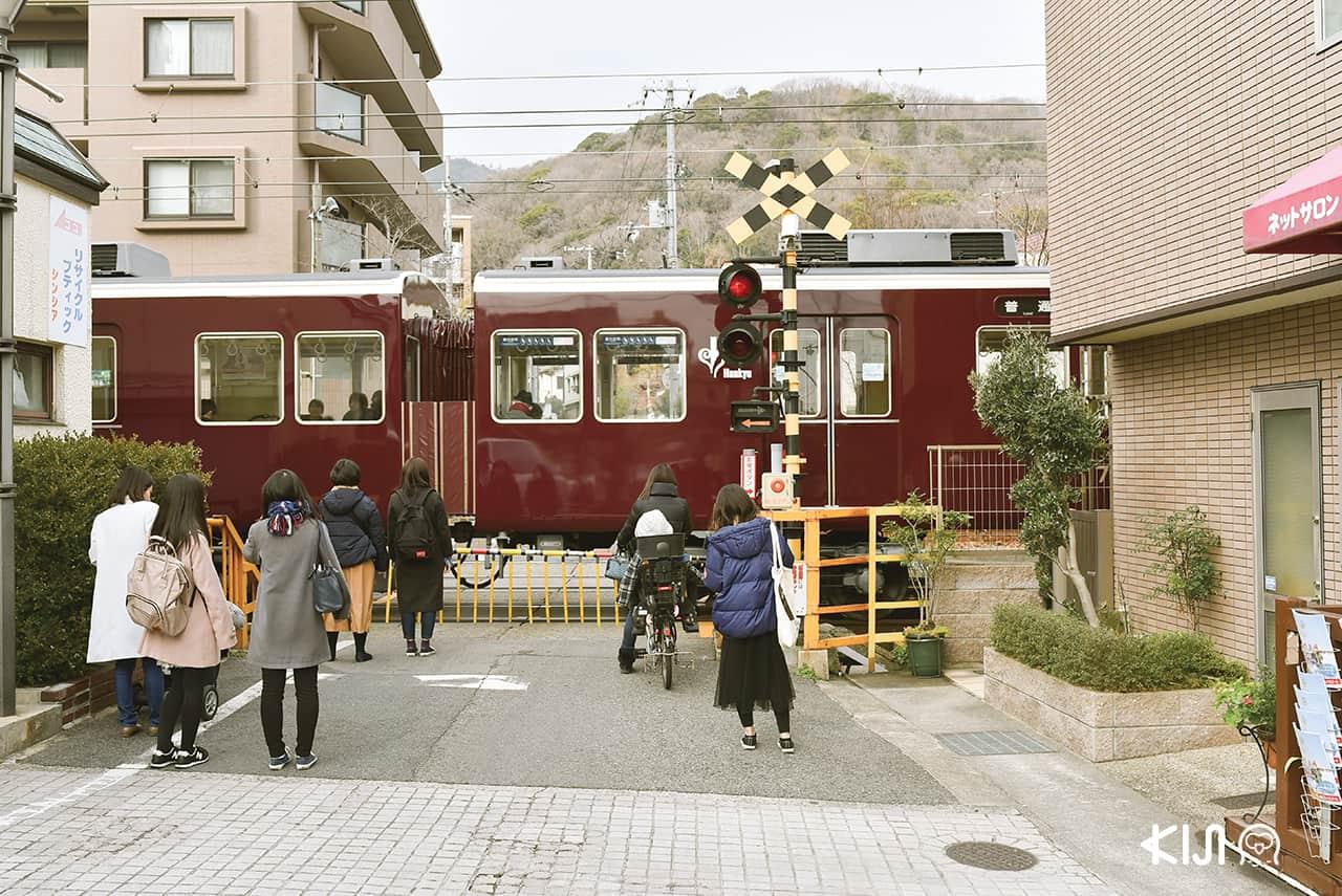 นั่งรถไฟ Hankyu มายัง Ojikoen Station สถานีเป้าหมายใกล้สวนสัตว์ Kobe Oji Zoo