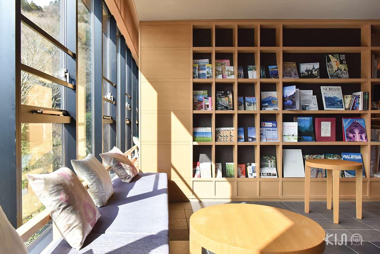 ที่โรงแรม Hakone Kowakien Tenyu มีหนังสือและเครื่องดื่มให้บริการฟรี