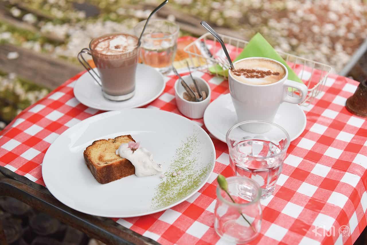 ขนมเค้กและเครื่องดื่มในคาเฟ่ที่ Hakone Museum of Photography