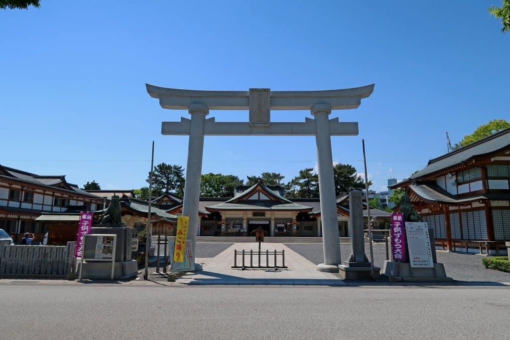 ศาลเจ้าโกโคคุและรูปปั้นปลาคาร์ฟ(Hiroshima Gokoku Shrine)