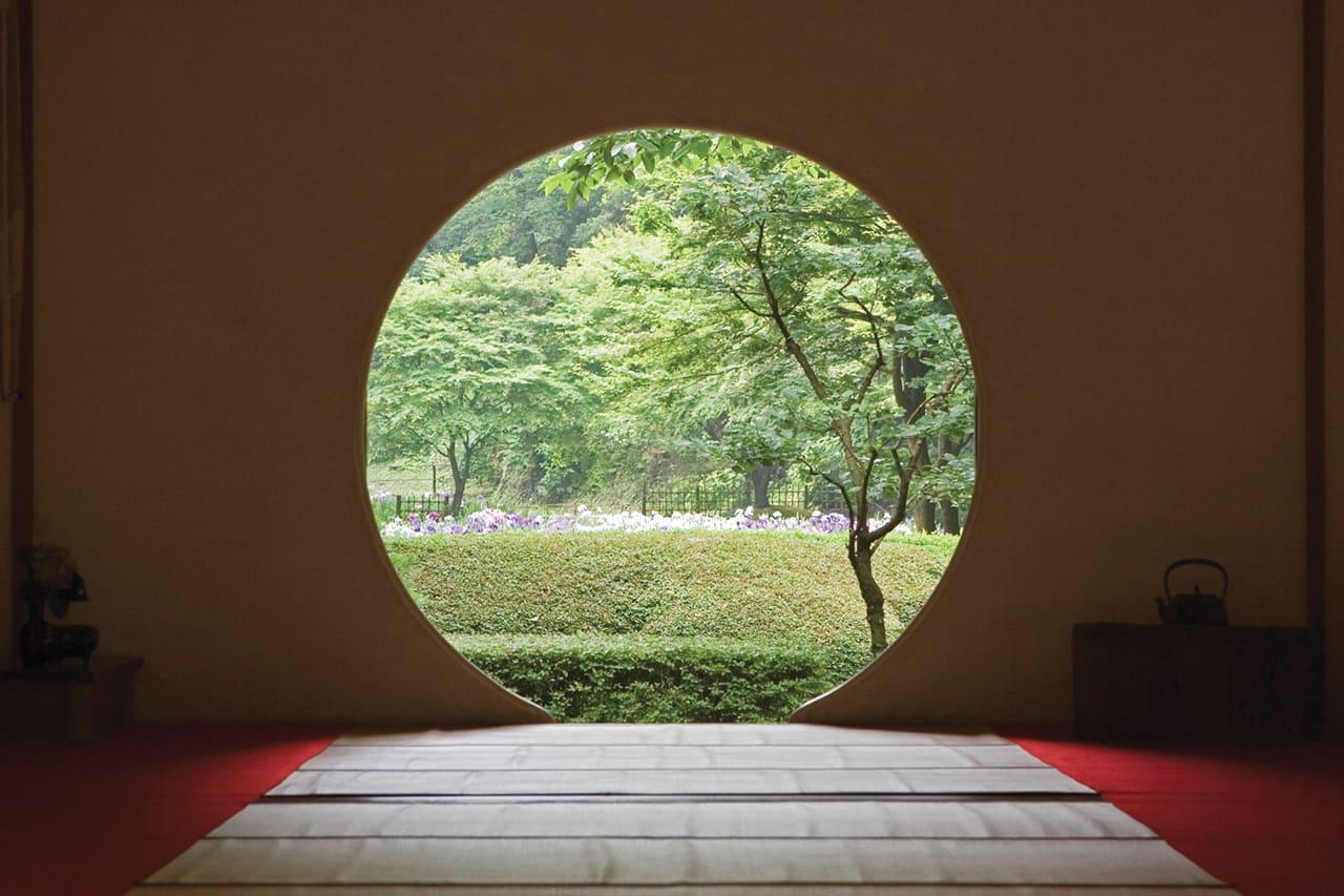 ห้องโถง Hojo ห้องที่มีหน้าต่างทรงกลม มองออกไปเห็นทิวทัศน์ป่าไม้ที่สวยมาก