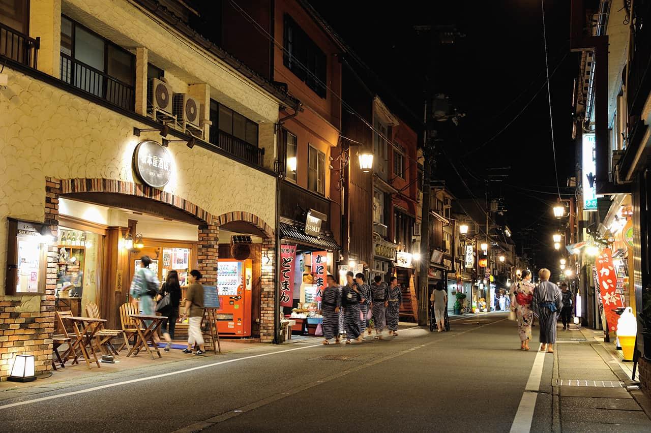 ในช่วงกลางคืนที่คิโนะซากิออนเซ็น (Kinosaki Onsen) ก็ครึกครื้นไม่แพ้กัน