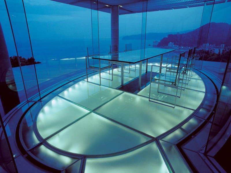 ภายในห้องกระจก Water Glass Guest House ผลงานการออกแบบของ Kengo Kuma