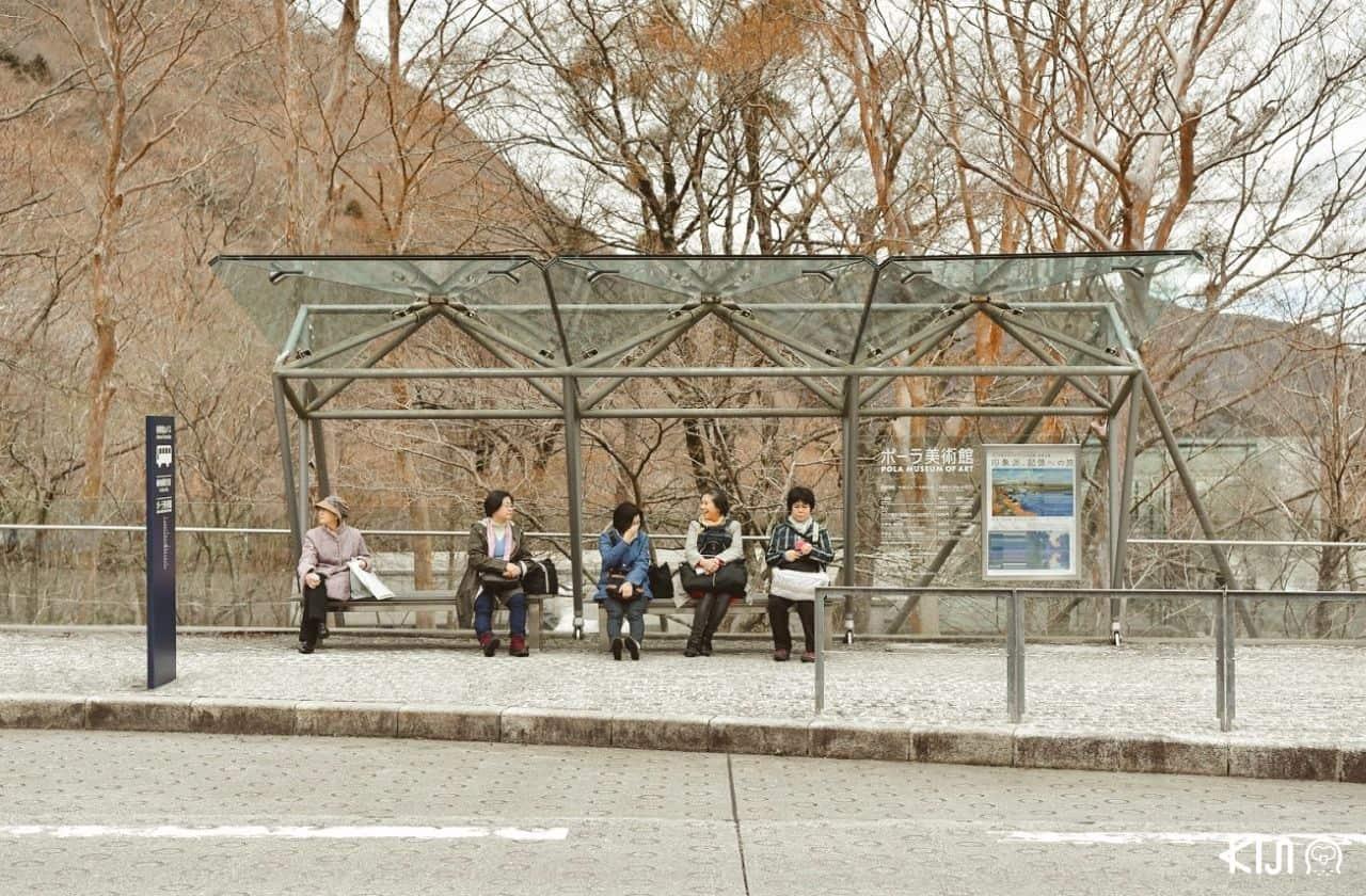 ป้ายรอรถบัสด้านหน้าพิพิธภัณฑ์ Pola Museum of Art