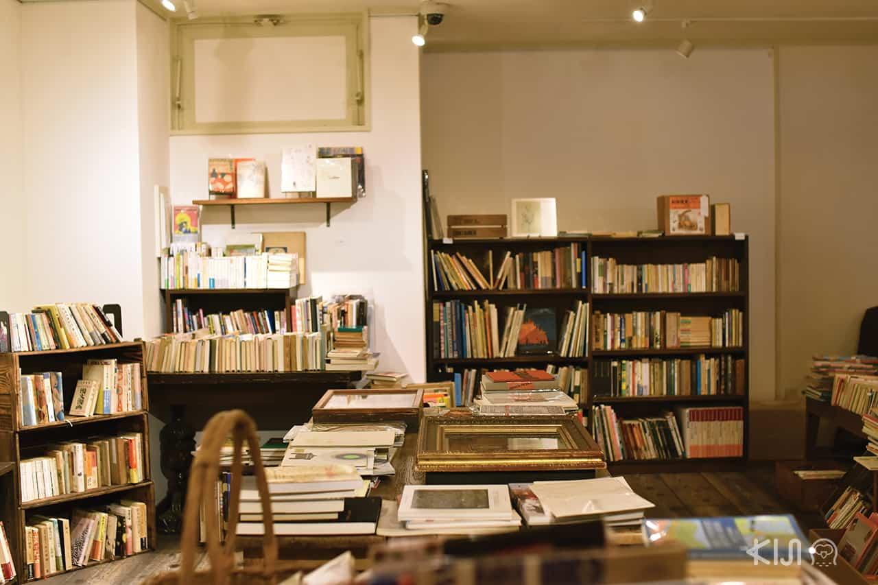 โซนหนังสือมือสองของร้าน Keibunsha Gallery Enfer
