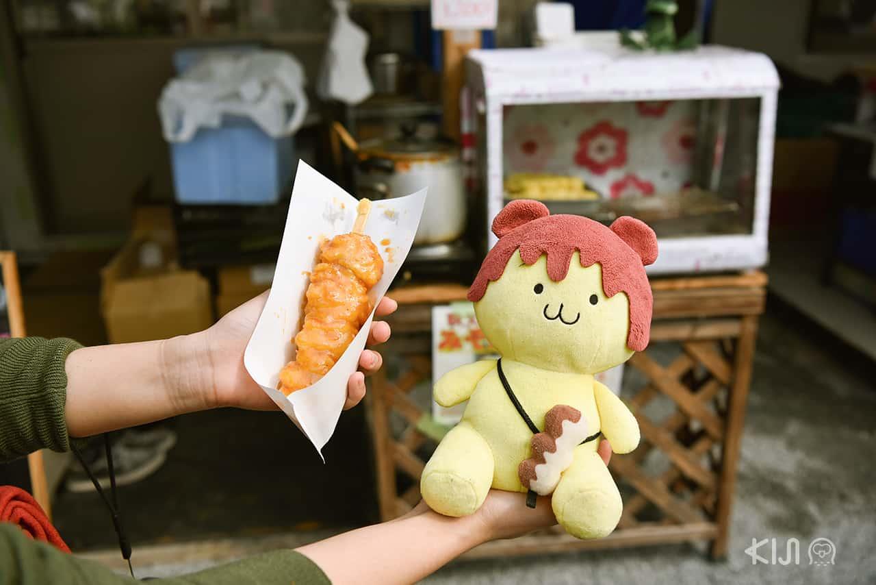 มิโซะโปเตโต้ (Mitopoteto) มันฝรั่งเนื้อแน่นย่างราดซอสมิโซะจำหน่ายที่ตลาดนักใน Hitsujiyama Park เมนูขึ้นชื่อของเมืองจิจิบุ