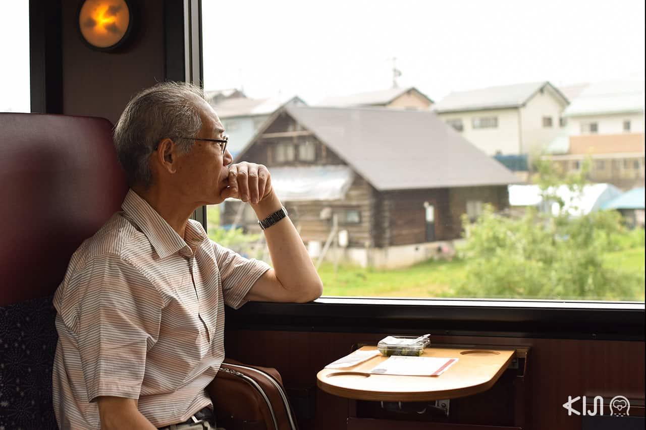 บรรยากาศภายในรถไฟ Oykot - Joyful train