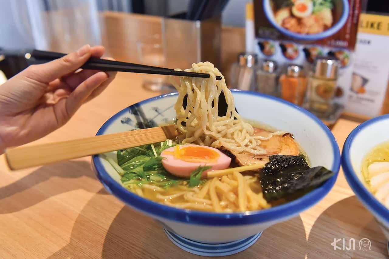 Yuzu Shio Ramen (1,080 เยน) แบบเส้นนวดมือ (Temomi) ของร้าน Afuri ใกล้สถานีรถไฟ Ebisu