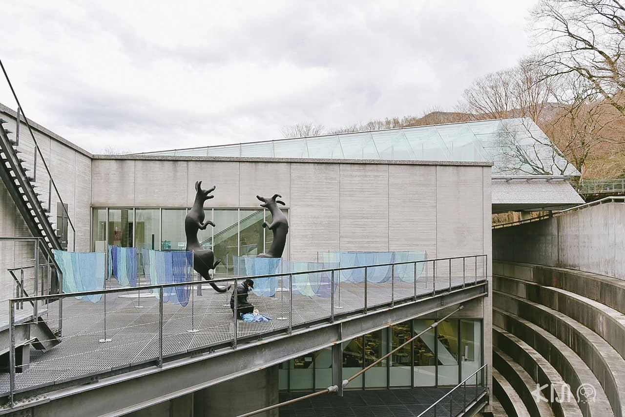 ด้านนอกตัวพิพิธภัณฑ์ Pola Museum of Art มีเส้นทางธรรมชาติ (Nature Trail) ล้อมรอบ