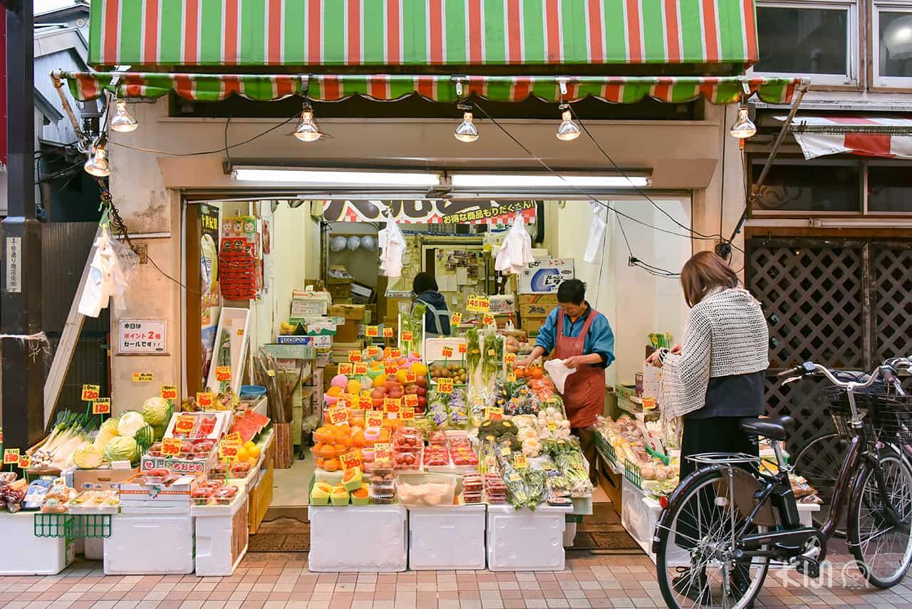 ร้านขายผักผลไม้สดที่ 十号通り商店街