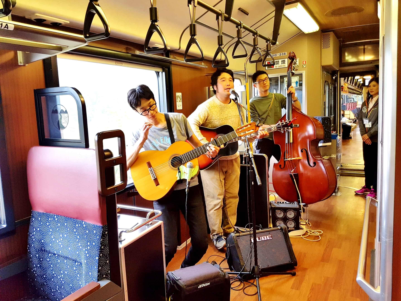 Joyful train สายรถไฟ Oykot จะมีนักร้องและนักแต่งเพลงแนวโฟล์คซองชื่อดัง