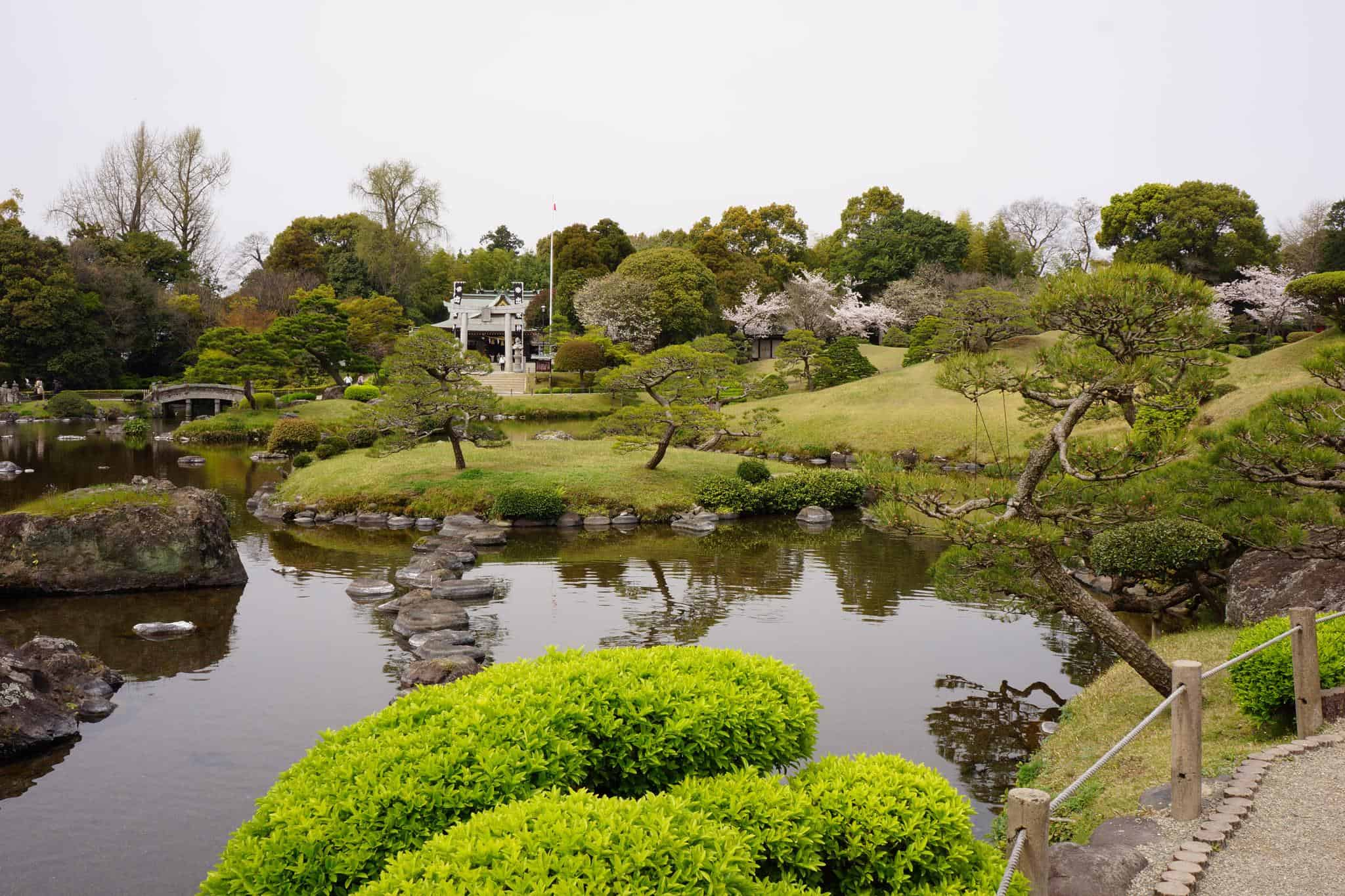 บ่อน้ำใสภายในสวน Suizenji Koen