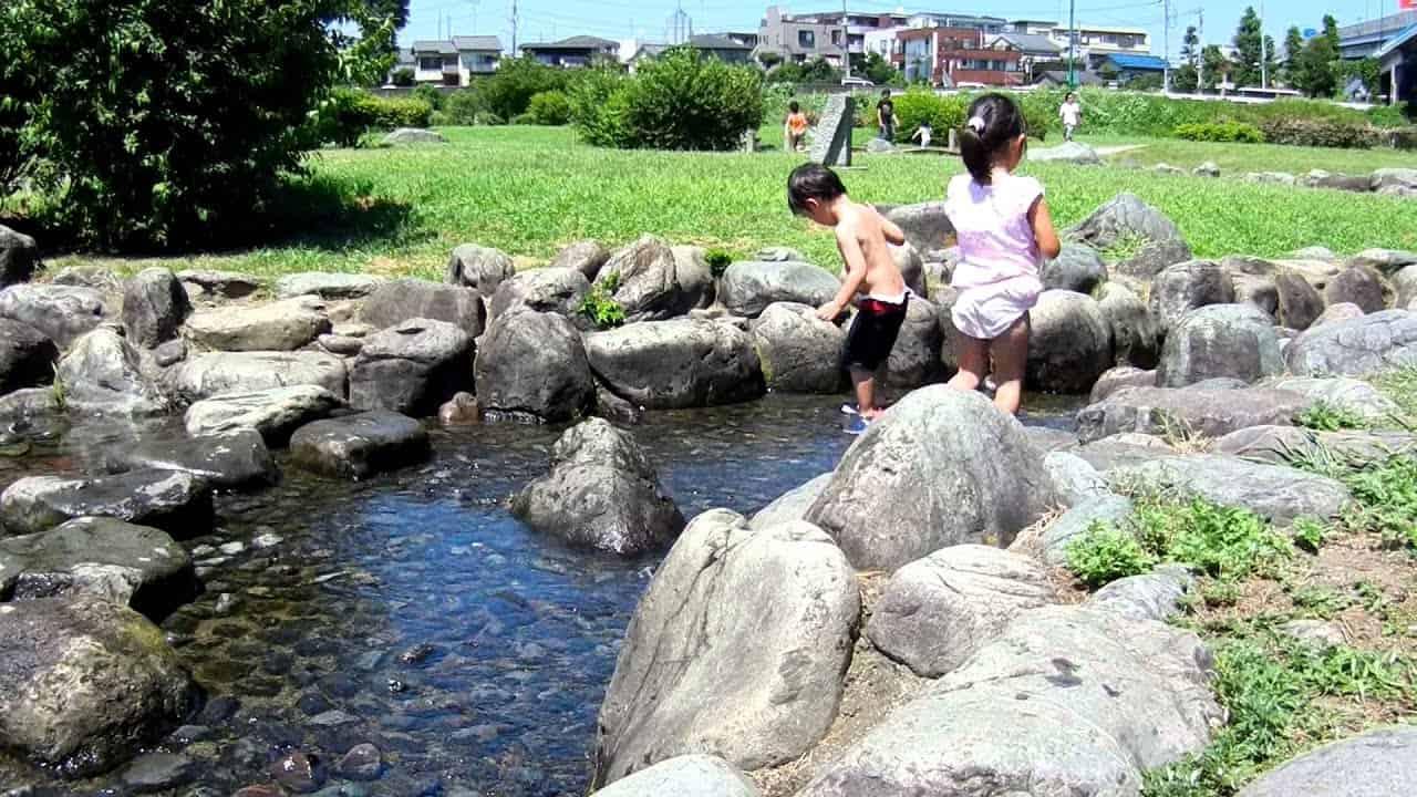 เด็กๆ มาเล่นน้ำที่ แม่น้ำ Tamagawa