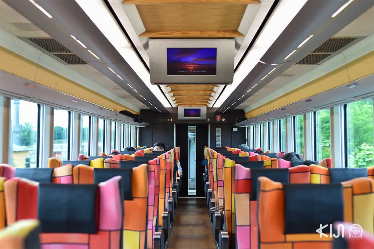 JR East Pass Tohoku Area - ภายในรถไฟ Joyful Train (Resort Shirakami)