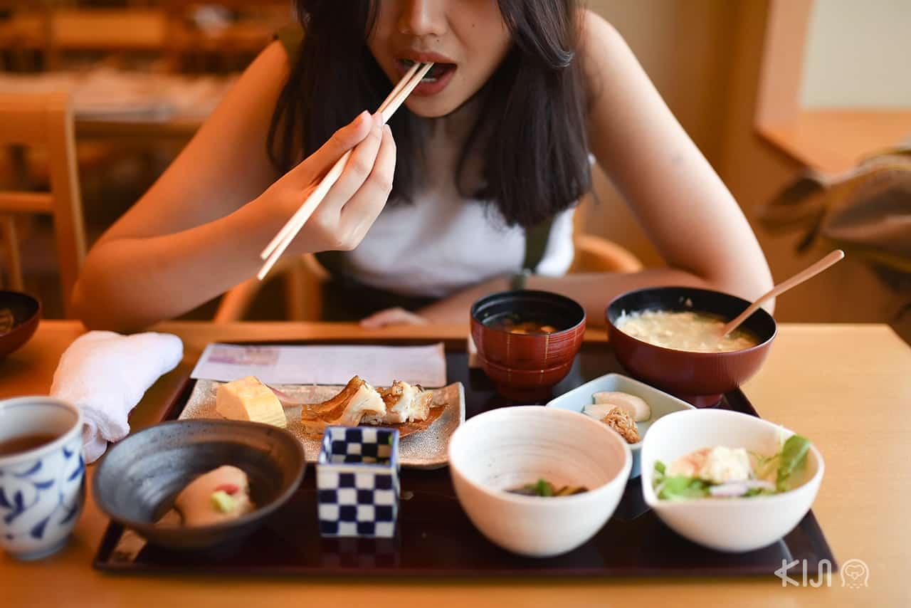 อาหารเช้าของโรงแรม Hotel Hankyu International มีให้เลือก 2 แบบระหว่างเซ็ตอาหารเช้าแบบฝรั่งและญี่ปุ่น