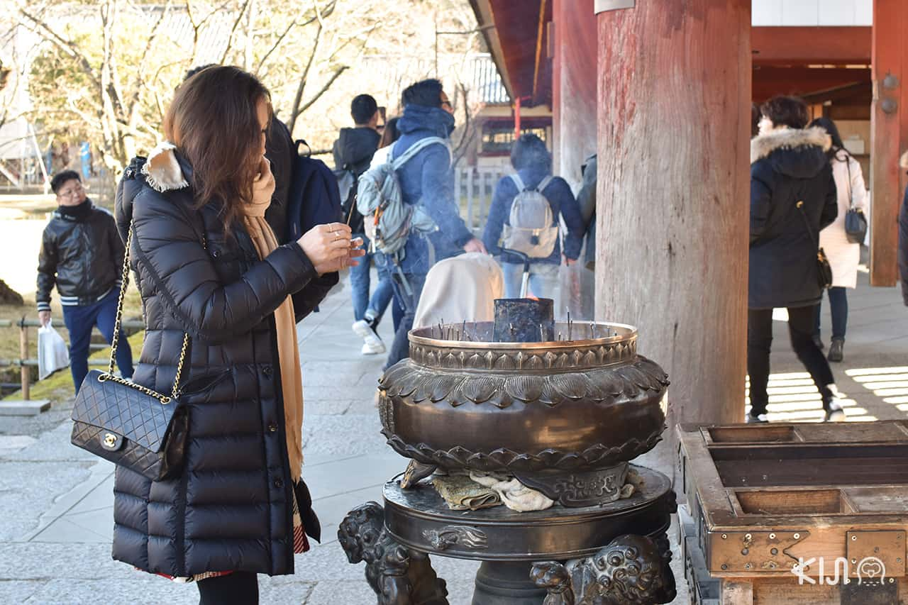 นักท่องเที่ยวมาสักการะขอพรกันที่วัดโทไดจิ (Todaiji Temple)