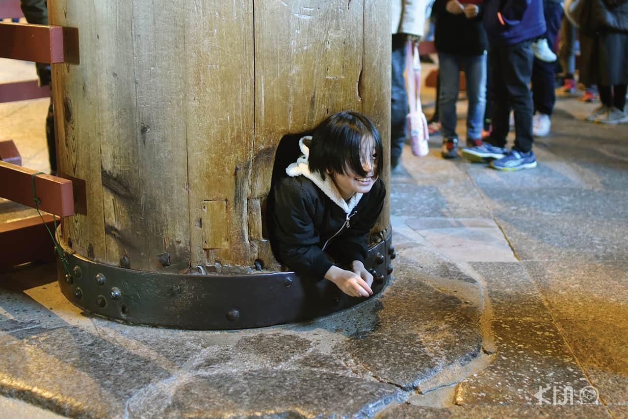 ภายในวัดโทไดจิ มีเสาขนาดใหญ่ที่นักท่องเที่ยวนิยมมถ่ายรูปกัน