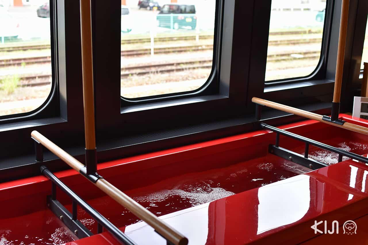 JR East Pass Tohoku Area - ภายในรถไฟ Toreiyu Tsubasa มีบ่ออนเซ็นให้แช่เท้า