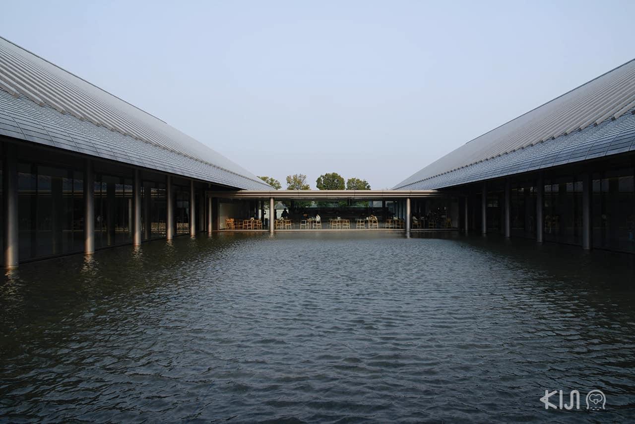 โรงน้ำชาที่ตั้งเป็นเอกเทศอยู่บนผืนน้ำที่ Sagawa Art Museum