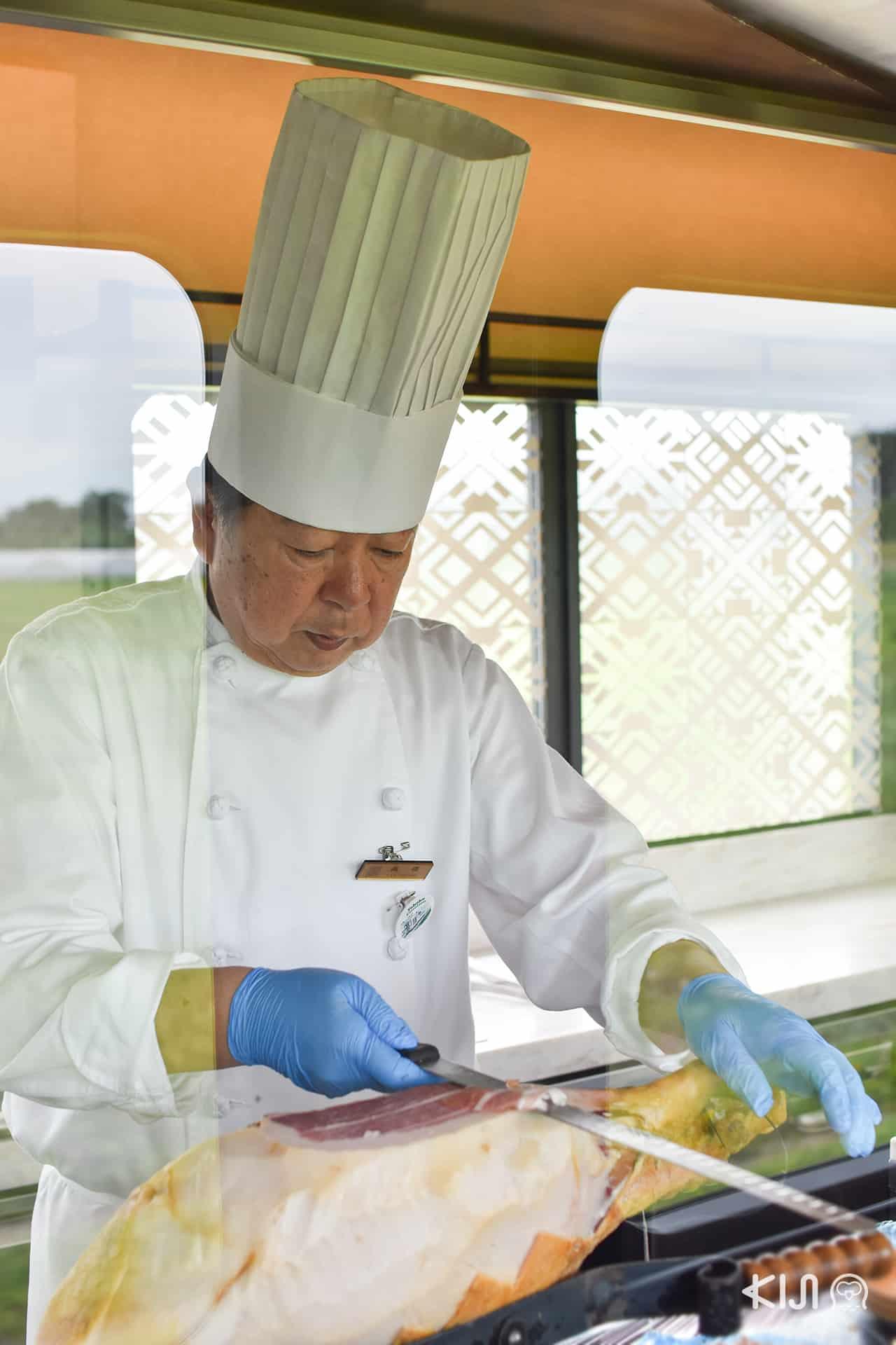 เชฟกำลังทำอาหารที่ ภัตตาคาร joyful train Tohoku Emotion