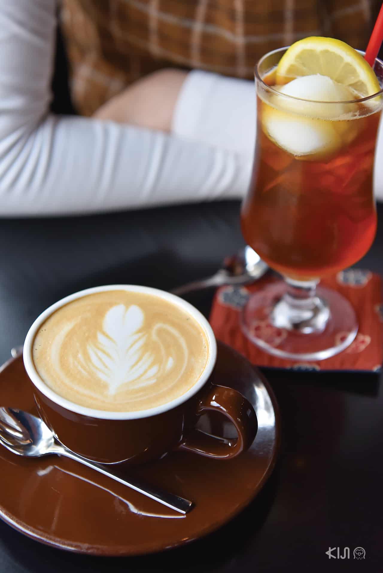 ลาเต้ร้อนและชามะนาวโซดาจากร้าน Kayaba Coffee บริเวณ Yanesen