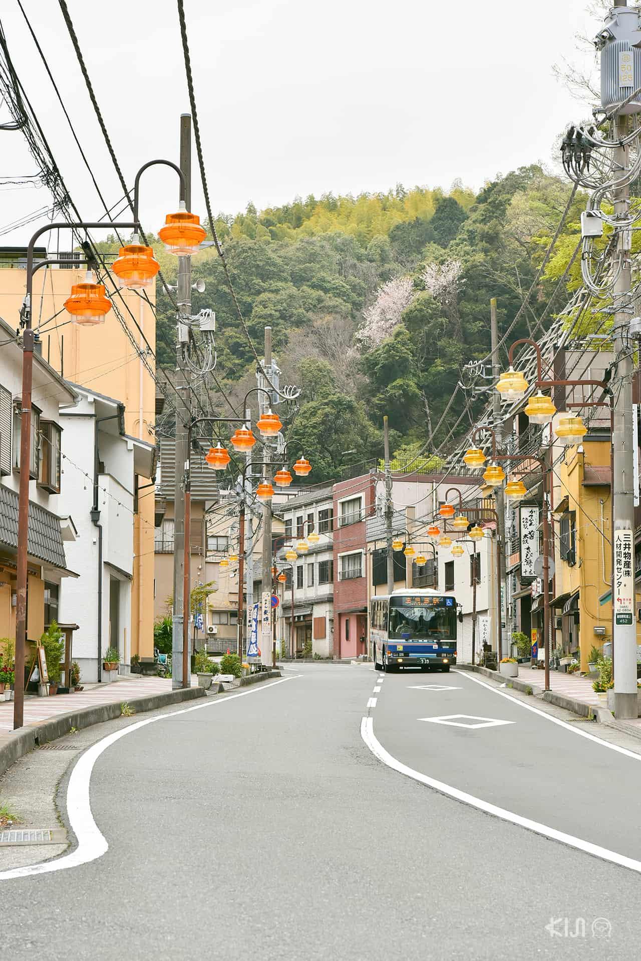 ถนนหนทางกับโคมไฟที่เป็นเอกลักษณ์ของเมืองยูกาวาระ (Yugawara)