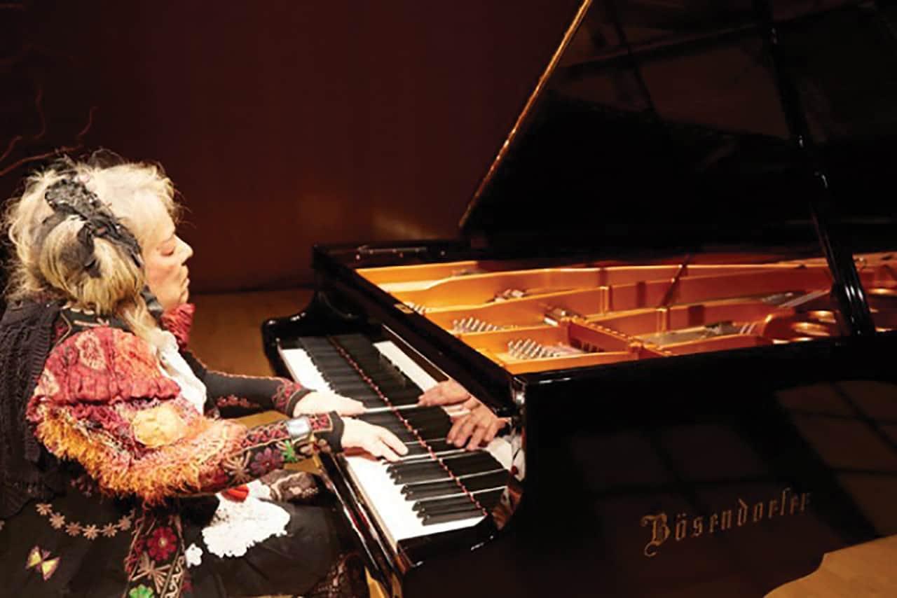 การแสดงเปียโนของ ฟูจิโกะ เฮมมิง (Fujiko Hemming)
